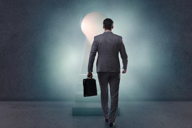 鍵穴から光に向かって歩くビジネスマン