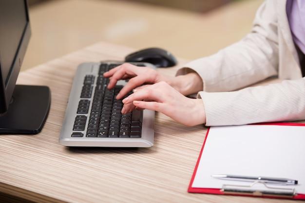 Руки работают на клавиатуре в офисе