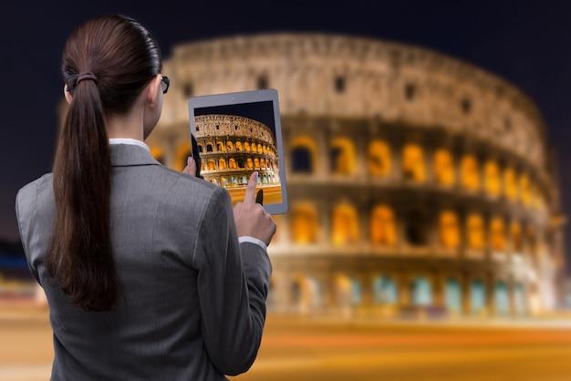 Концепция путешествия виртуальной реальности с женщиной и планшетом