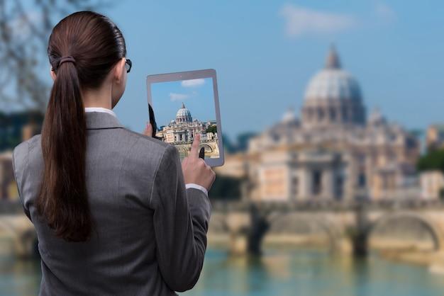 女性とタブレットのバーチャルリアリティ旅行の概念