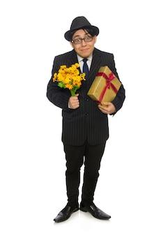 Забавный человек с цветами и подарочной коробкой