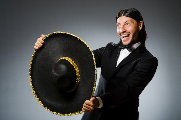 ソンブレロを着ている若いメキシコ人男性