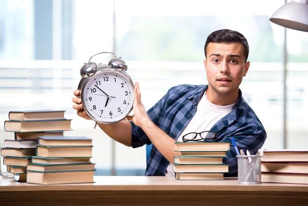 若い学生が学校試験の準備をしています