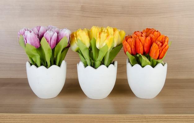 木製の背景に対してチューリップの花