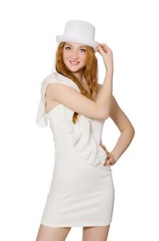 Молодая женщина в шляпе и элегантном платье, изолированных на белом
