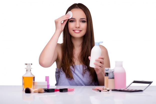 白で隔離される化粧をしている女性