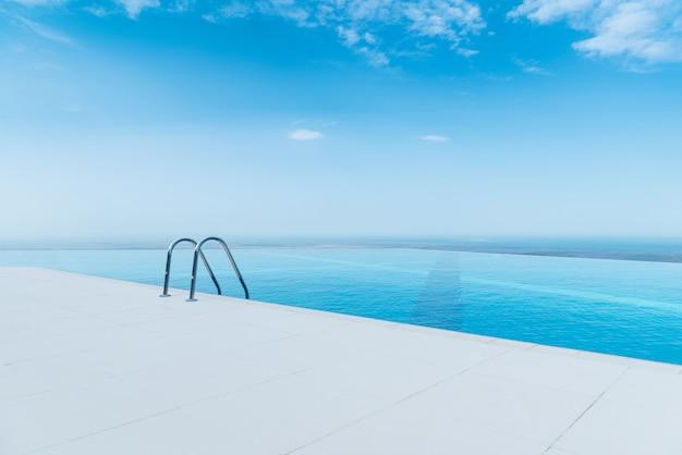 Бесконечный бассейн в яркий летний день