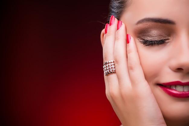 美しさで素敵な指輪を持つ女性