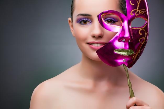 カーニバルマスクを持つ若い女