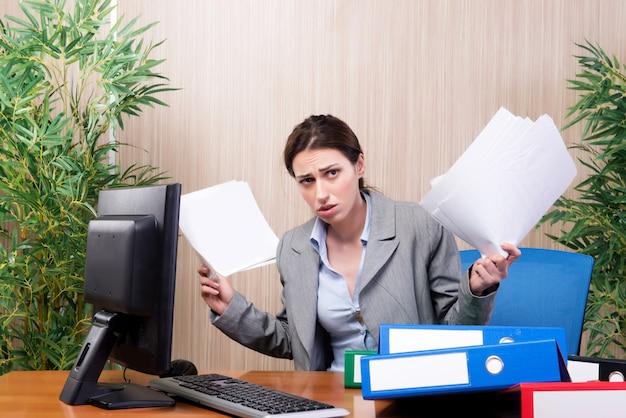 Занятая деловая женщина в офисе под стрессом