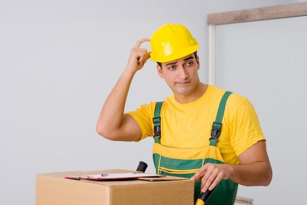 Мужчина доставляет коробки во время переезда