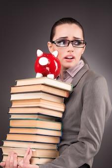 教育概念の本を持つ若い学生