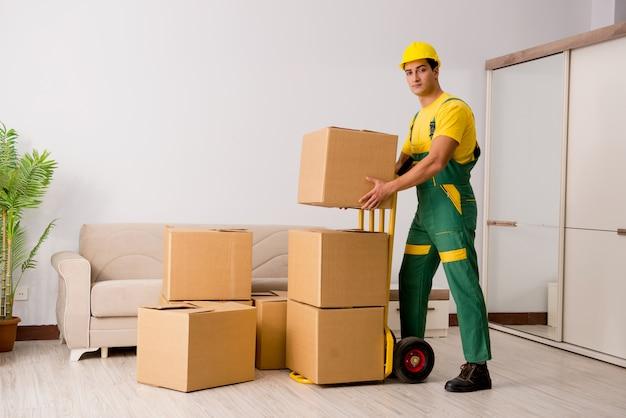 家の移動中にボックスを配達人