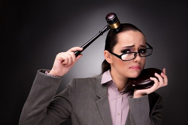 Женщина судья с молотком в концепции правосудия