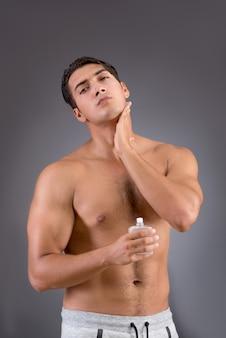 朝のシャワー後ハンサムな男