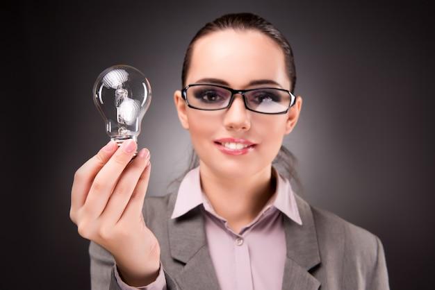 Концепция блестящей идеи с коммерсанткой женщины