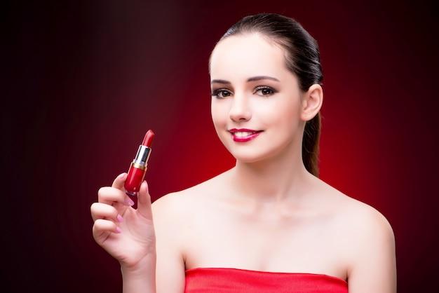 美しさの概念で赤い口紅を持つ女性