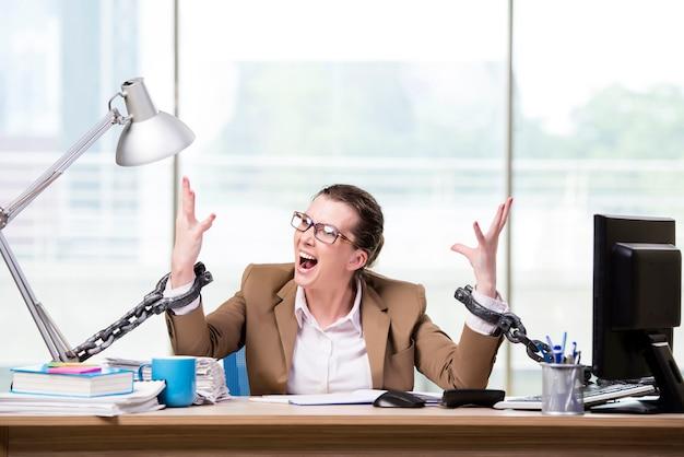 Женщина прикована к своему рабочему столу