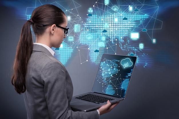 クラウドコンピューティングの概念の女性