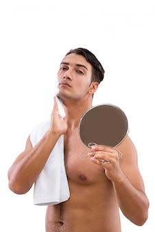 Красивый бритье человека изолированное на белизне