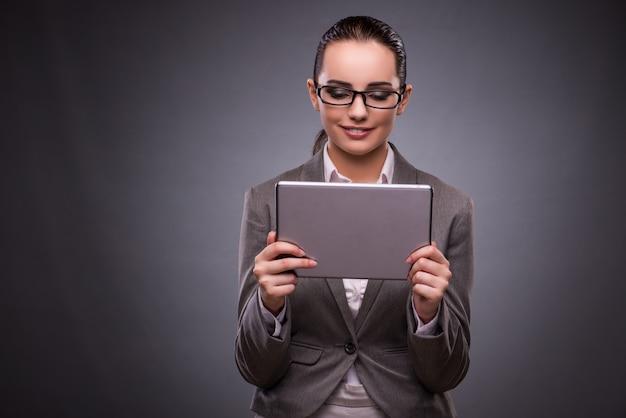 ビジネスコンセプトのタブレットを持つ若い女