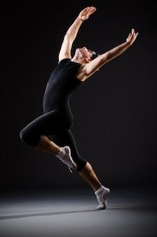 Тренировка молодого человека для балетных танцев