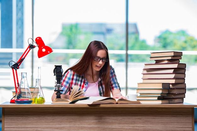 女子学生の化学試験の準備