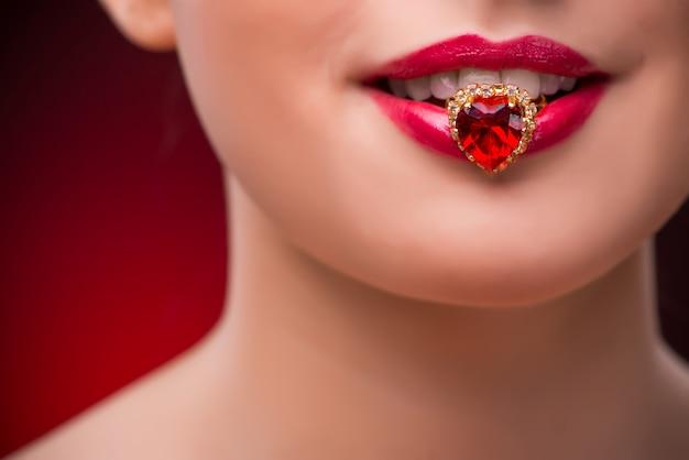 美しさの概念で素敵なリングを持つ女性