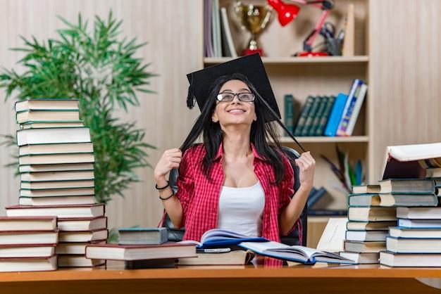 Молодая студентка готовится к экзаменам в колледж