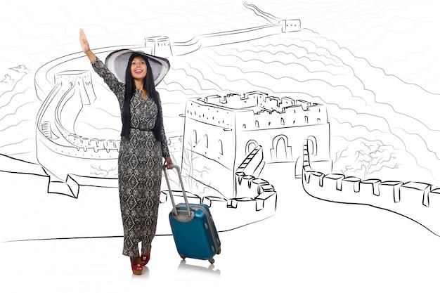 Молодая женщина едет в китай на великую китайскую стену