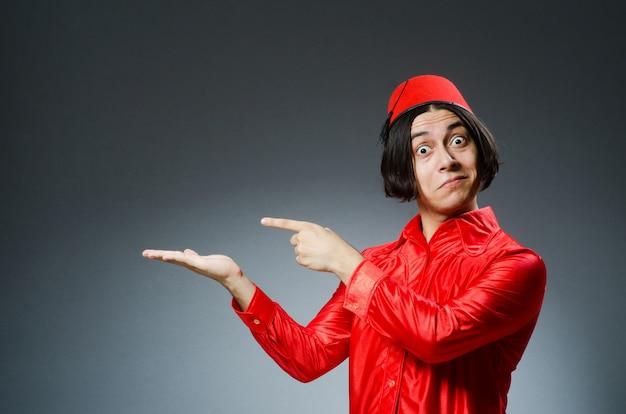 赤いフェズの帽子をかぶっている男