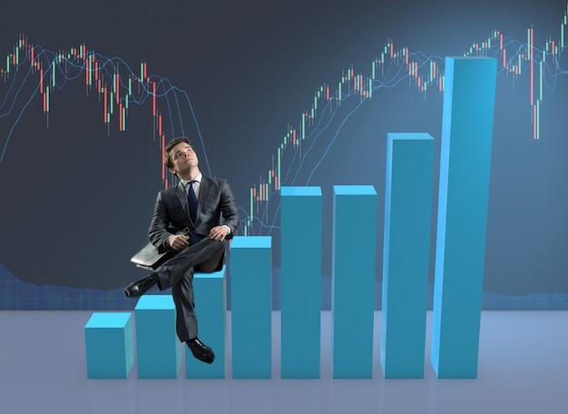ビジネスコンセプトの棒グラフの上に座っての実業家