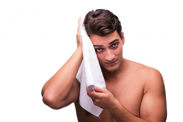 白で隔離されるシャワーの後の男