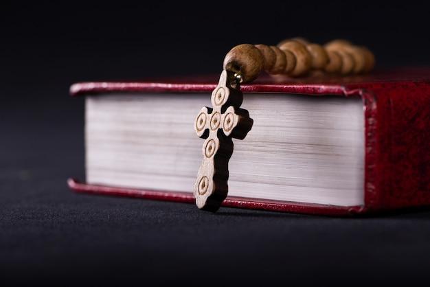 聖書とクロスの宗教的概念