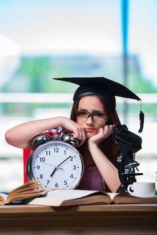 大時計で試験の準備をしている若い女の子
