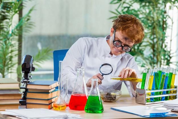 Молодой сумасшедший химик работает в лаборатории