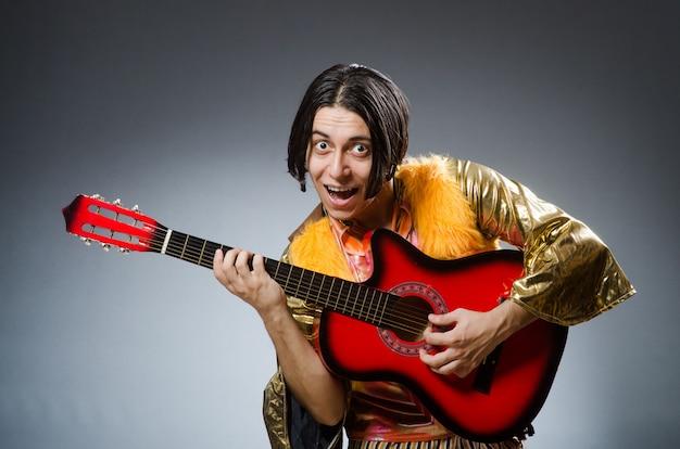 音楽のコンセプトでギターを持つ男
