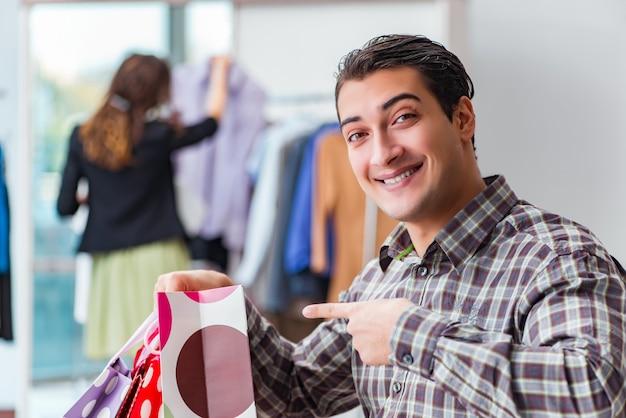 彼の妻と一緒に買い物に幸せな夫
