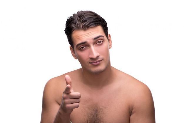 白で隔離されるシャワーの後ハンサムな男