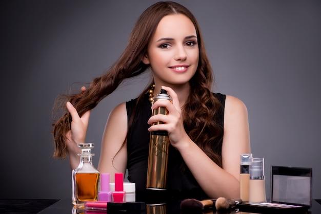 Красивая женщина, применяя макияж в моде концепции