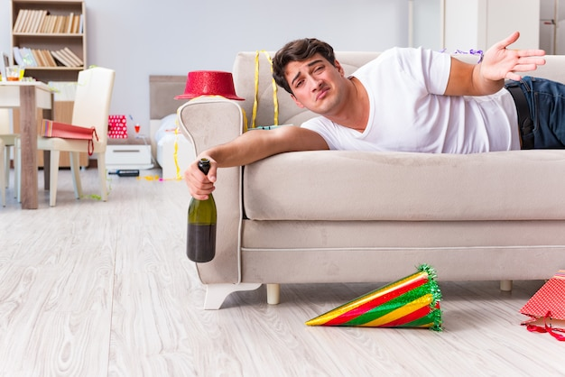 Человек после тяжелой рождественской вечеринки дома