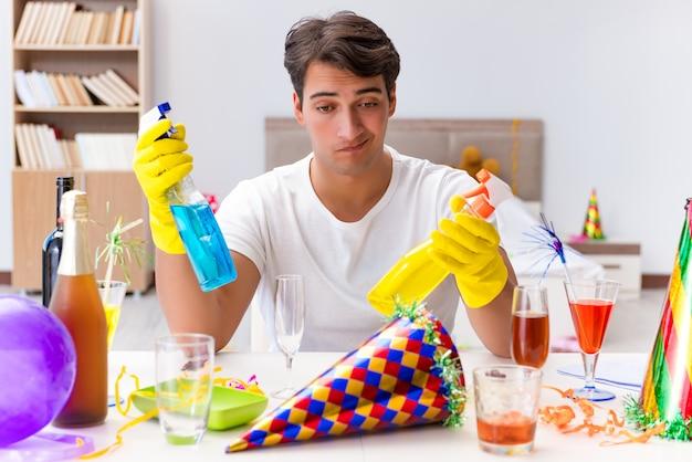 Человек убирает дом после рождественской вечеринки