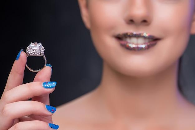 Молодая женщина получает предложение с бриллиантовым кольцом
