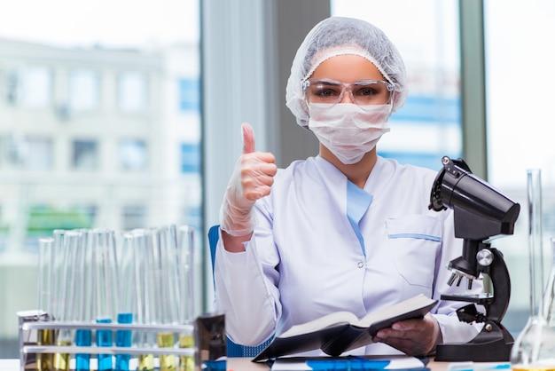 Молодой студент работает с химическими растворами в лаборатории