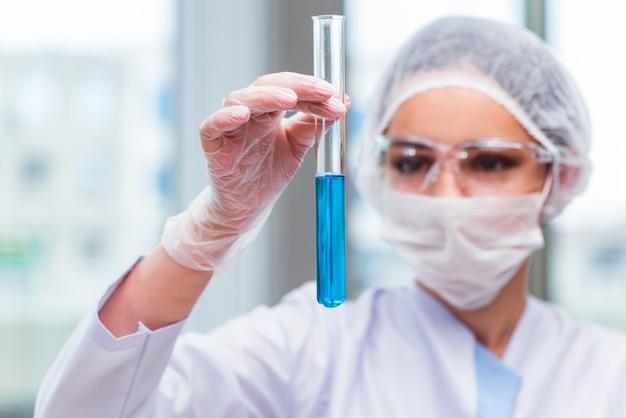 ラボで化学溶液を扱う若い学生