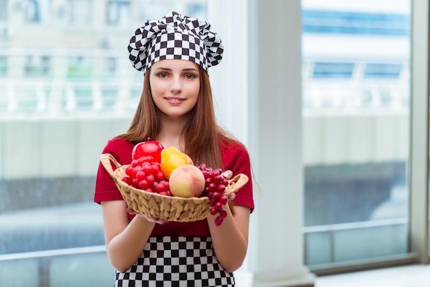 若い台所で果物と料理