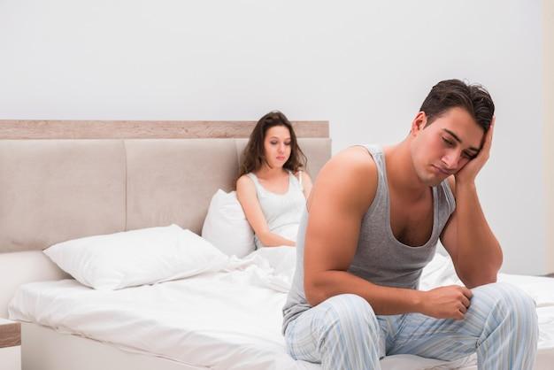 ベッドで妻と夫との家族の対立