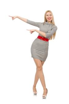 Милая молодая женщина в сером платье изолированном на белизне