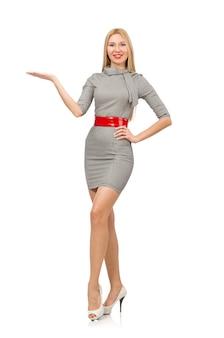 白で隔離される灰色のドレスのかなり若い女性