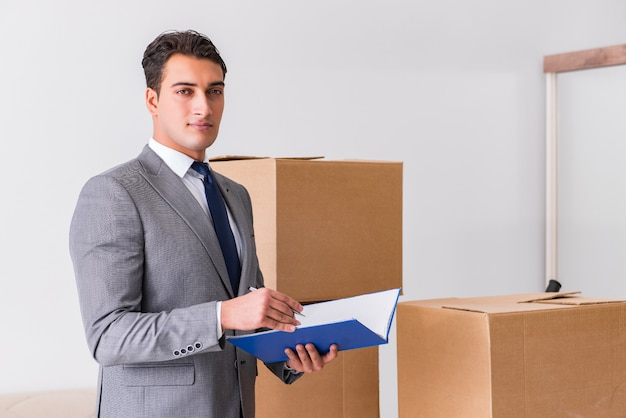 Человек подписывает для доставки коробок